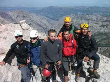 20100830135102-grupo-en-la-cima-del-picu-urriellu.jpg
